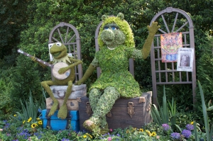 Kermit and Miss Piggy Topiaries